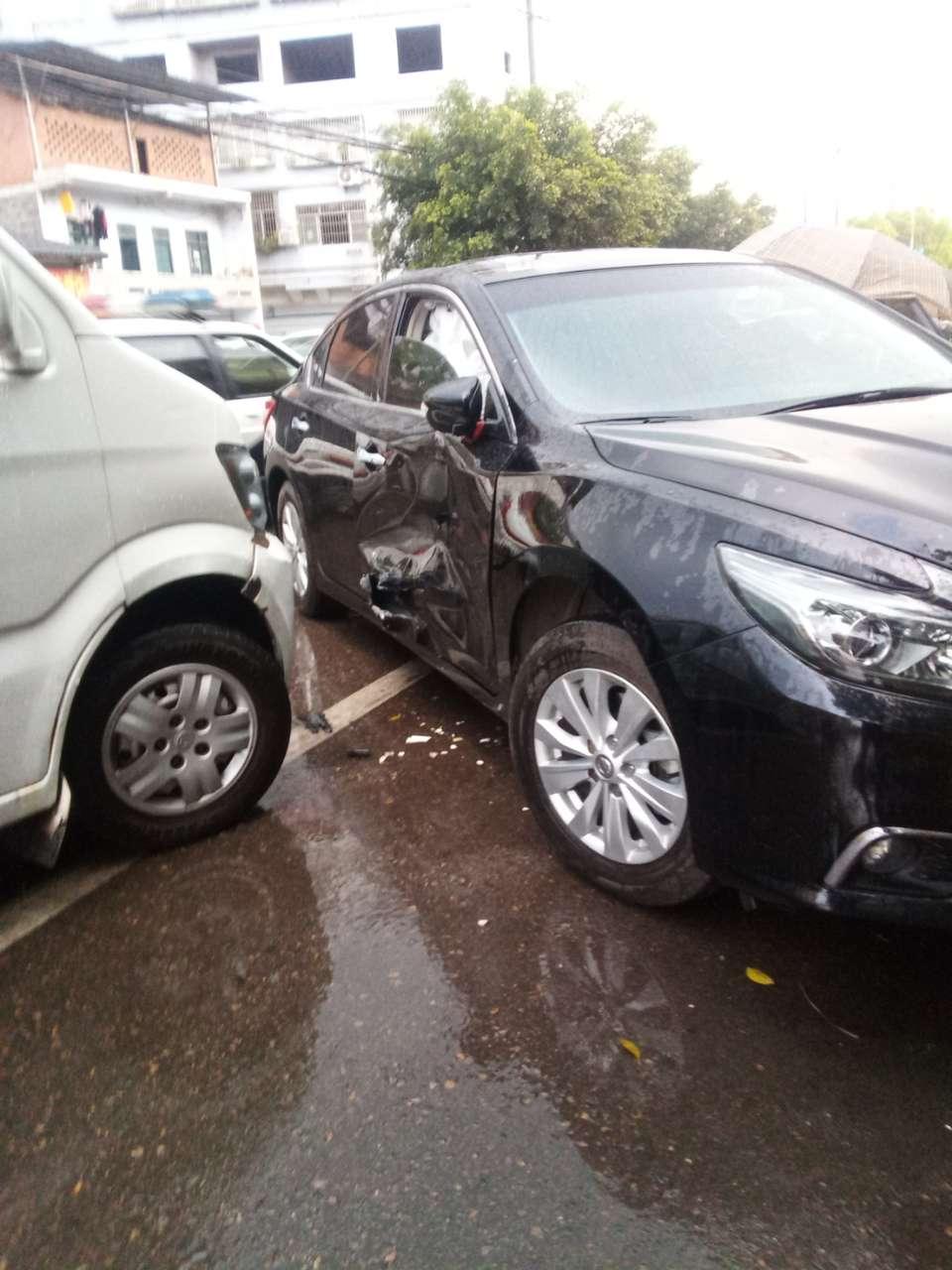 在白鹤街道,一女司机开的小车在实线左转弯与对直行车辆撞了,还不承认是她的责任!