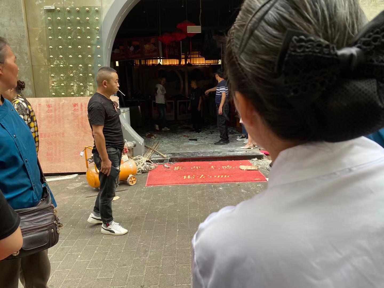 突发!一辆小车撞进鹤翔豪苑北门的火锅店,行车一定注意安全!